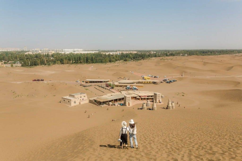 پاتریک وک. پارک صحرایی توریستی که غالباً پذیرای گردشگران چینی هان است، پىچان ناھىیىسى، استان سینکیانگ، 28 سپتامبر 2019