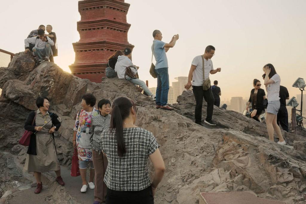 پاتریک وک. گردشگران چینی هان و اویغور و محلیها در بلندیهای پارک هونگشان در شهر ئۈرۈمچى، استان سینکیانگ، 24 سپتامبر 2019