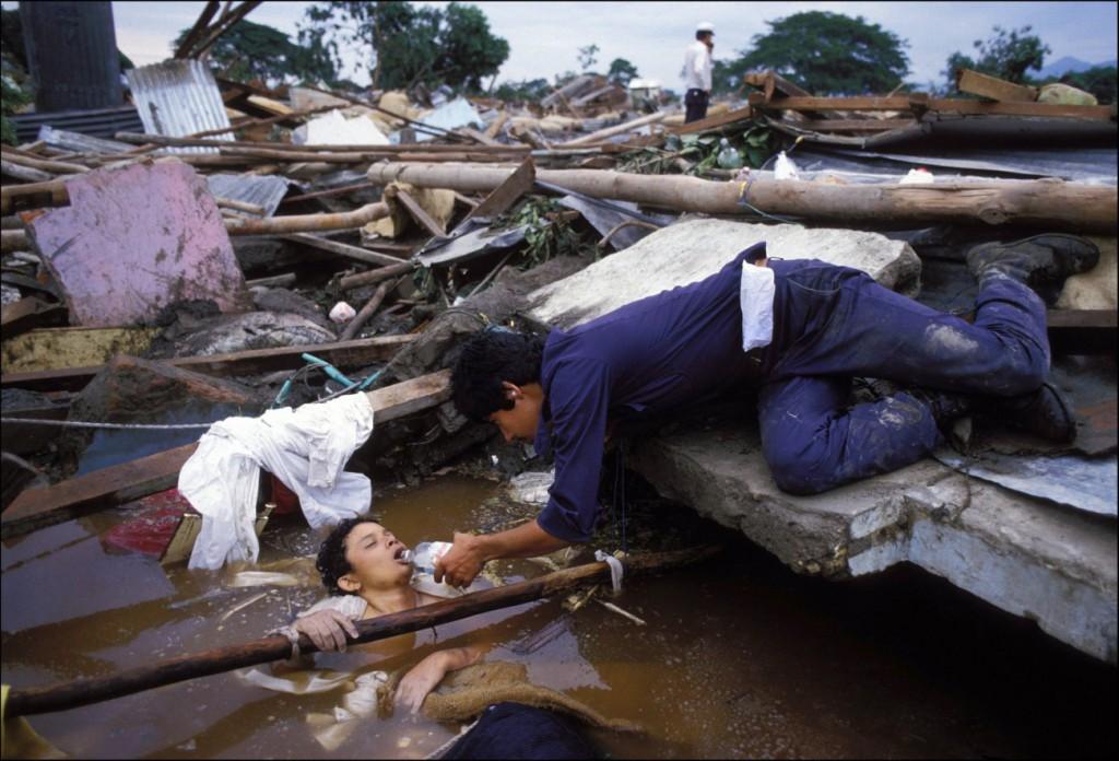 اریک بووه. آرمرو، کلمبیا، نوامبر 1985 گلآبه شهر را فراگفت و 25 هزار نفر را کشت. دو روز بعد از رسیدن به آرمرو، اُمایرا را دیدم که در میان آوار گیر افتاده بود. نجات دادن او غیرممکن بود و او در مقابل چشم دوربینها از دنیا رفت. از لنز واید استفاده کردم تا نشان دهم شرایط چقدر پیچیده است. نمیتوانستم آنجا در مقابل او بمانم، و رفتم. این بدون شک دراماتیکترین تجربهی دوران اولیهی کاریام بود.