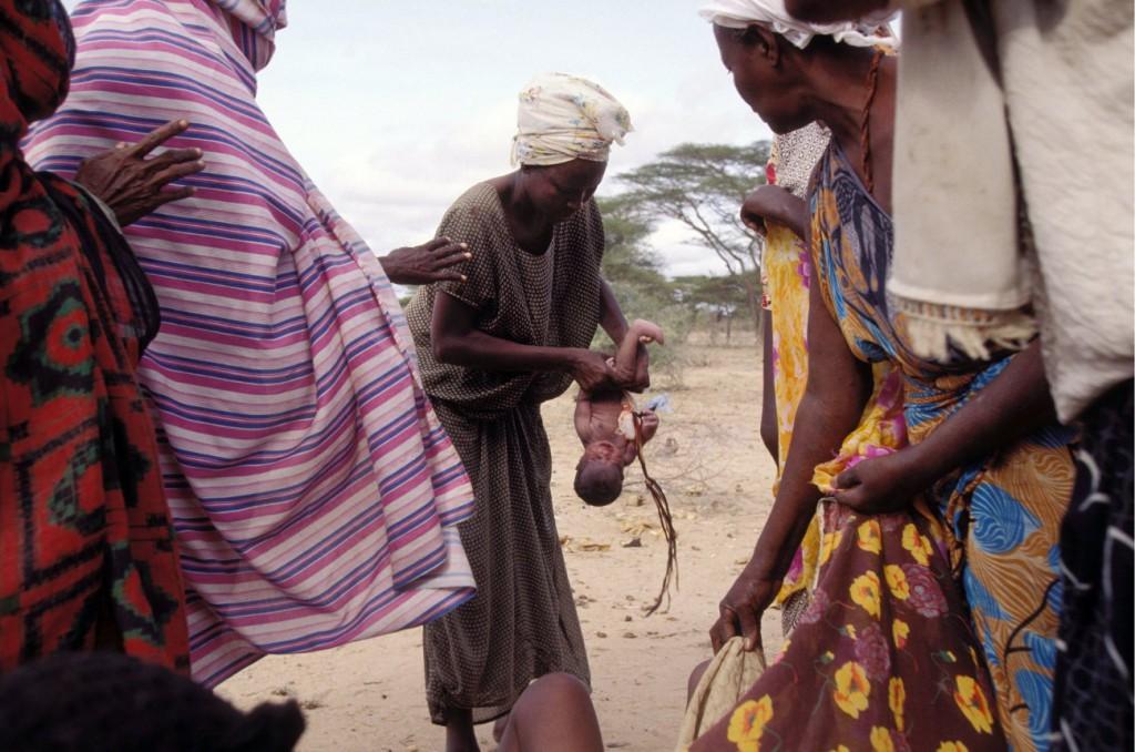 اریک بووه. کیسمایو، سومالی، ژوئن 1991 زنانی که از جنگ و قحطی در مرز میان سومالی و کنیا در حال گریزند، در میان جاده نوزادی را به دنیا میآورند. آنها چیزی جز سنگ برای بریدن بند ناف نوزاد نداشتند، بنابراین چاقویم را به آنها دادم. پنج دقیقهی بعد، مادر سرپا شد. نام نوزاد را لاکی (خوششانس) گذاشتند.