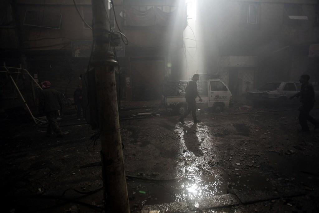 Mohammed Badra / EPA برای UNOCHA. «داوطلب دفاع شهروندی در خیابان پس از حملات هوایی، دوما»، نوامبر 2016