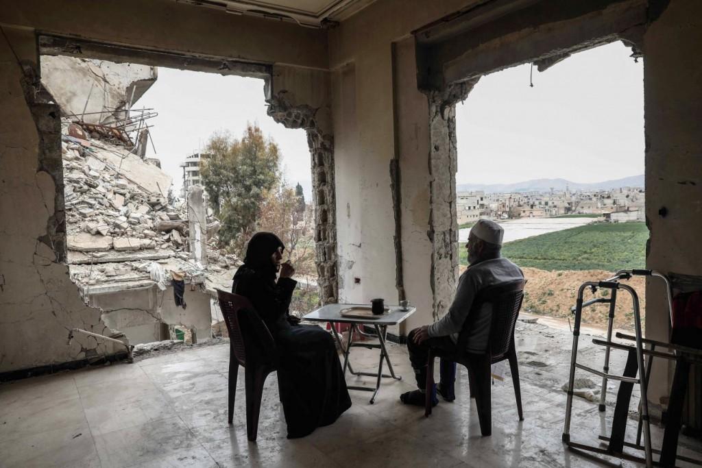 Sameer Al-Doumy / AFP برای UNOCHA. «زن و شوهری در حال نوشیدن قهوه در میان بقایای خانهشان در دوما، حوالی دمشق»، مارس 2017
