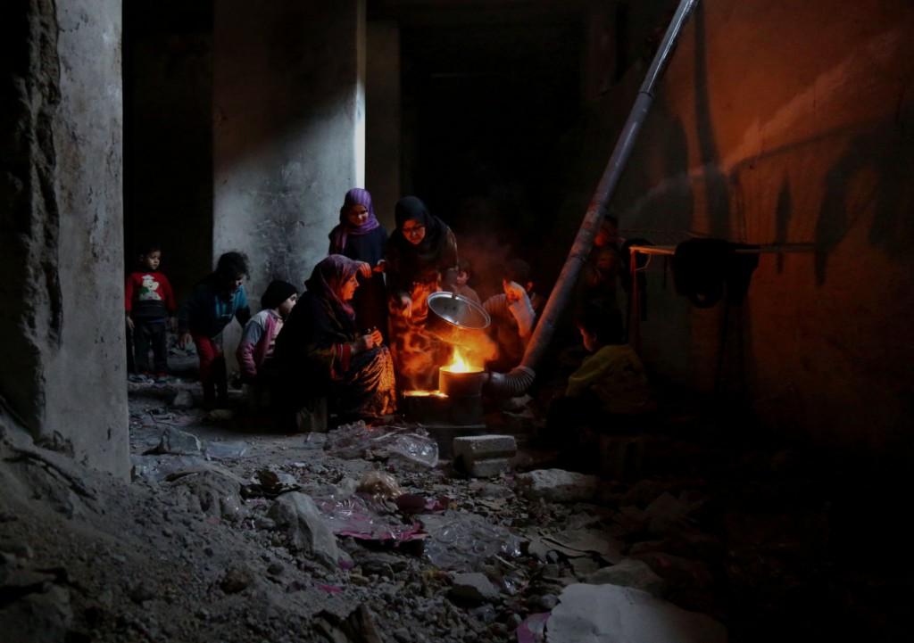 Anas Alkharboutli برای UNOCHA. «تهیه غذا برای بچهها در پناهگاه زیرزمینی، غُوطَه شرقی»، 2018