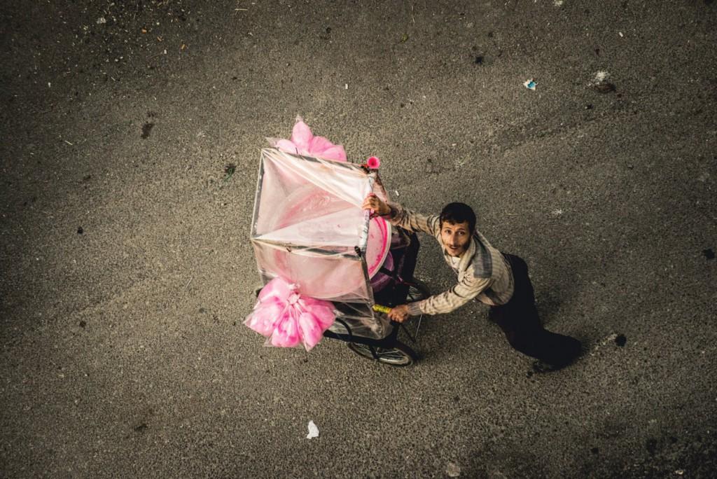 Ashraf Zelnah برای UNOCHA. «کودکی از بالا مرد پشمکفروش را صدا میزند، لاذقیه»، نوامبر 2012