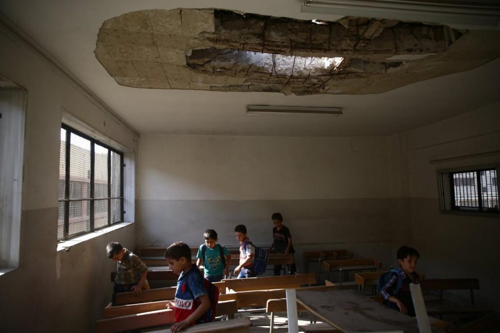 Bassam Khableh / رویترز برای UNOCHA. «دانشآموزان پس از اولین روز بازگشتشان به مدرسه، کلاسشان را که در اثر بمباران هوایی آسیب دیده ترک میکنند، دوما»، سپتامبر 2017