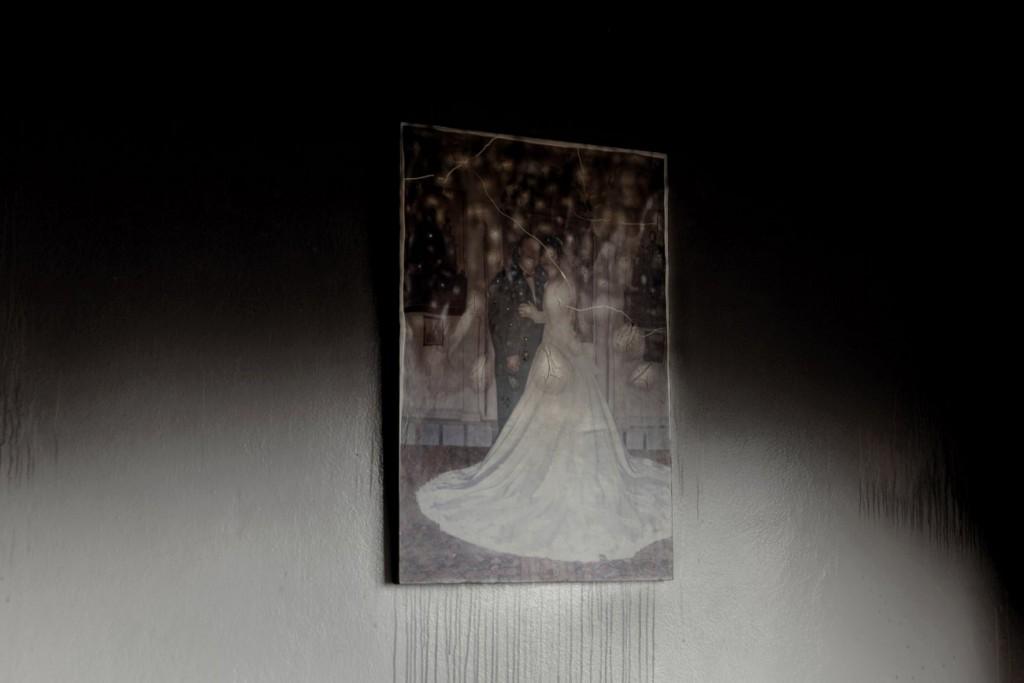 Carole Alfarah برای UNOCHA. «عکس عروسی که پس از آتشسوزی ساختمان در اثر درگیریهای شدید هنوز روی دیوار مانده، حمص»، 2014