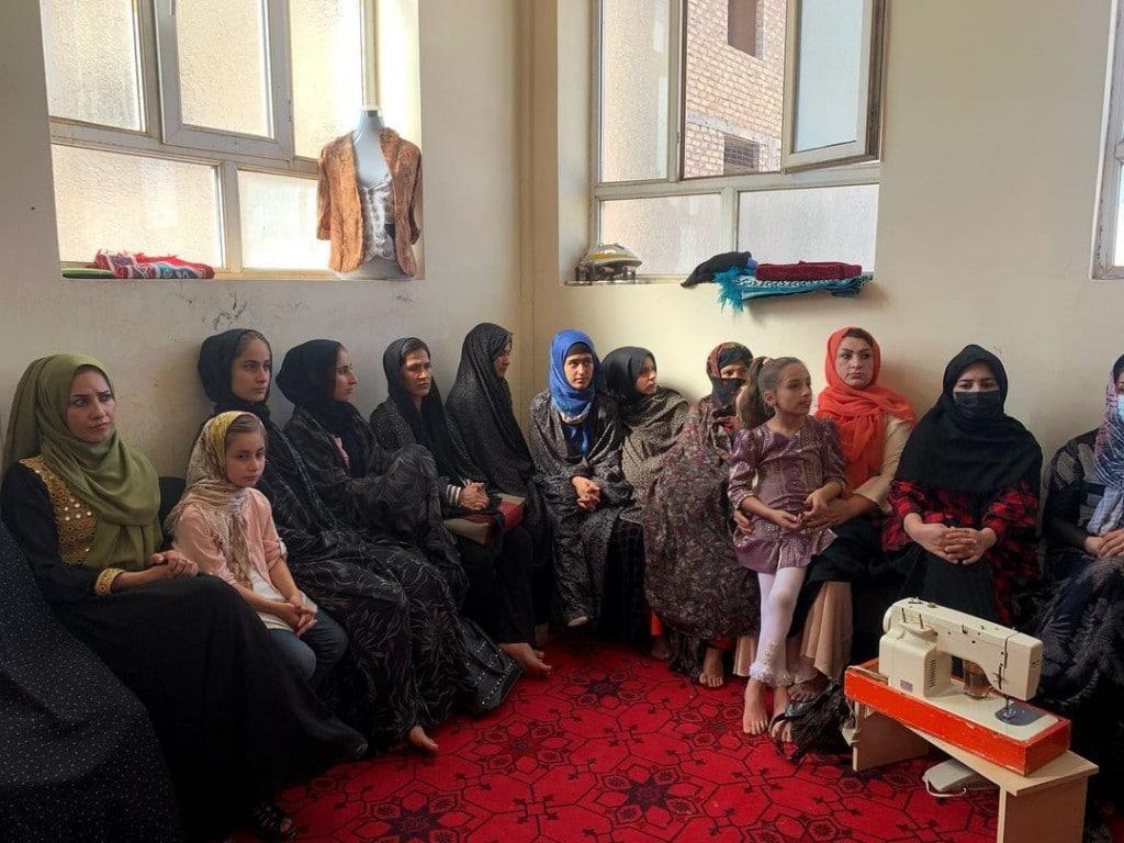 یلدا معیری. گروهی از دختران افغانستانی در یک کلاس خیاطی در شهر هرات نشستهاند. بسیاری از دختران بعد از روی کار آمدن طالبان از ترس در کلاسها شرکت نمیکنند اما این دختران سعی کردهاند فعالیتهای اجتماعی خود را حفظ کنند.