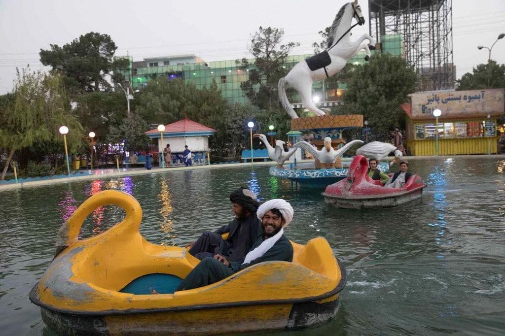 یلدا معیری. دو نیروی طالبان در حال تفریح در پارکی در هرات، 19 شهریور 1400